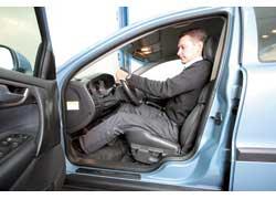 Так, чтобы левая нога с выжатым сцеплением (или на площадке для отдыха левой ноги в машинах с АКП) оставалась чуть согнутой.