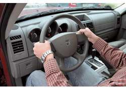 Это позволяет одним движением и без отрыва рук вращать руль на пол-оборота (180 градусов). Кроме того, лучше толкать руль, а не тянуть. При этом тело прижимается к сиденью.