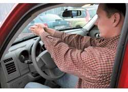Подгоняется таким образом, чтобы вытянутые вперед и сложенные ладонями вместе руки легли запястьями на вершину рулевого колеса, а плечи не отрывались от сиденья.