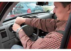 Так, чтобы левая рука лежала в положении 9 часов, правая, двигаясь от положения 3 часа по верхней части рулевого колеса, доходила до положения 9 часов, а плечи не отрывались от спинки.