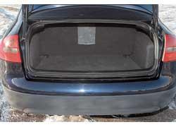 Багажник седана – один из наибольших по сравнению с конкурентами: 550 л против 520 л у Mercedes E-Klasse (W210) и 460 л у BMW 5 Series (E39). В пострестайлинговых версиях задние сиденья – складывающиеся.