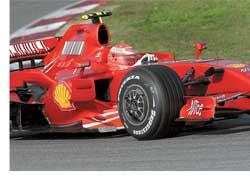 Семикратный чемпион мира Михаэль Шумахер ненадолго вернулся в привычную атмосферу гоночной трассы, приняв участие в тестах Ferrari в Барселоне