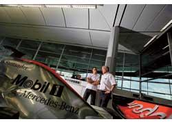 Инженер компании ExxonMobil Тони Харлоу (справа) уверяет, что работать с Льюисом Хэмилтоном так же легко и приятно, как в свое время с Дэвидом Култхардом.
