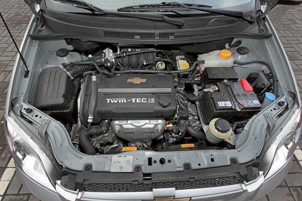 Двигатель объемом 1,6литра имощностью 108л.с. непозаимствован у более крупной модели Lacetti, а поставляется с шанхайских производственных площадей General Motors. По сравнению с полуторалитровым мотором дополнительные 100 см куб. дают прибавку в 20 л. с. и 12Нм. Приэтом динамические и скоростные характеристики машин остались практически прежними. Не изменился и расход топлива.