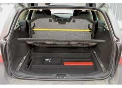 В багажнике есть удобные продольные рельсы с перемещаемыми крюками для фиксации груза и подъемная полка, которая может удерживать сумку.