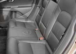 Благодаря большой колесной базе на задних сиденьях просторнее, чем во многих SUV.