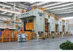 Штамповочный цех оборудован cемью автоматическими линиями и шестнадцатью двусторонними механическими прессами усилием от 630 до 2000 тонн.