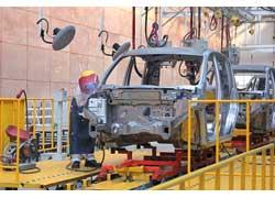Крупные кузовные детали и несущие элементы конструкции сваривают 22 робота, а вся мелкая работа выполняется вручную.