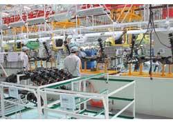 Параллельно с кузовами идет сборка необходимых узлов и агрегатов, которые затем поставляются на основной конвейер.