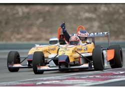 Заключительный аккорд дня – поездка на двухместных FR2,0 и F1. Бывший тест-пилот Prost Джонатан Коше показывает нам, как надо ездить на этих автомобилях. И это действительно круто!
