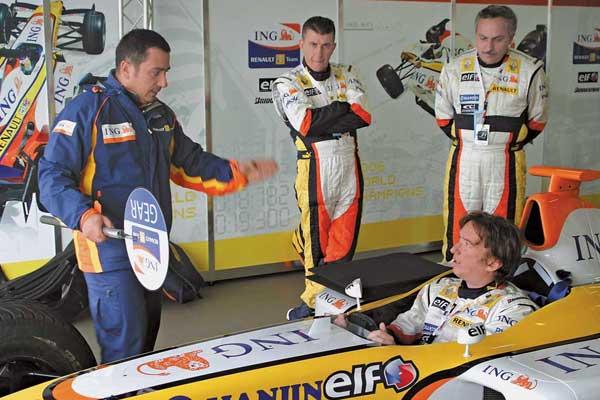 20 ноября 2007 года в 15 часов 51 минуту посреднеевропейскому времени редактор спортивного раздела «Автоцентра» Владимир Некрасов стал первым украинским журналистом, собственноручно управлявшим автомобилем Формулы-1. Пусть и не в качестве участника Гран-при, зато за рулем настоящего болида Renault F1!