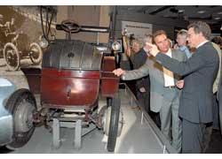 Познакомиться с раритетом на выставку прибыл губернатор штата Калифорния Арнольд Шварценеггер.