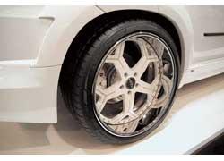 Кроме стильного обвеса от Lumma, этот BMW X5 украшен изысканным орнаментом из декоративных кристаллов и 22-дюймовыми дисками оригинального дизайна.