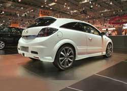 Традиционное противостояние: Ford Focus ST vs Opel Astra OPC Nurburgring Edition.