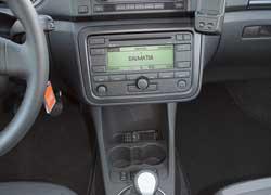 Торпедо и приборная панель аналогичны Skoda Fabia New и Roomster. Дорогие версии оснащены встроенной системой громкоговорящей связи, только не все марки мобильных телефонов с ней совместимы.
