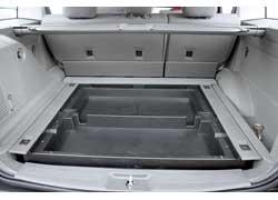 Под полом багажника есть пара вместительных пластмассовых лотков.