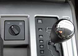 В нормальных условиях Nitro заднеприводный (2WD). На бездорожье поворотом ручки подключается полный привод (4WD Lock). АКП – с функцией Tow/Haul для буксировки прицепов. С ней коробка перенастраивается на переключение на пике момента.
