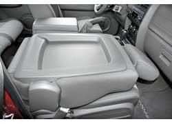 Для перевозки длинномеров спинку переднего пассажирского сиденья можно сложить.