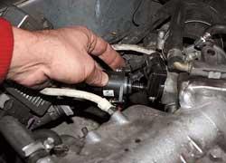 Регулятор х.х. расположен на дроссельном модуле со стороны моторного отсека. Для чистки клапана пригодна мягкая ветошь.