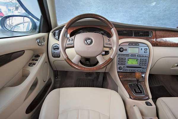Крупные кнопки на центральной консоли удобны. А монохромные дисплеи для такого имиджевого автомобиля – недостаток.