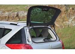Задняя дверь машины – с открывающимся стеклом, что облегчает погрузку мелкой поклажи.