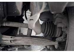 Пыльники ШРУСов нуждаются в регулярном контроле – их разрыв приводит к выходу «гранат» из строя, а они меняются только в сборе с полуосью (новый узел дороже 300 долларов).