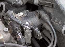 Все бензиновые двигатели нуждаются в своевременной замене свечей – в противном случае это грозит выходом из строя дорогостоящей катушки зажигания (б/у – 1200 грн.).