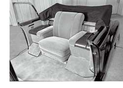 В 1960-м на базе представительского седана Mercedes-Benz 300 d (серия W189 – «Аденауэр») с удлиненной на 450 мм колесной базой был изготовлен второй официальный папамобиль с редким типом кузова: ландоле– полукабриолет с мягким верхом лишь над задней частью салона, где находилось кресло Папы (Иоанна XXIII).