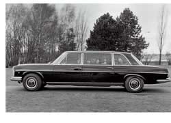 Эти длиннобазные шестиместные Mercedes-Benz 300 SEL (серия W109) использовались в основном для обслуживания важных гостей и политиков, посещавших Ватикан.
