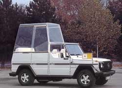 Белоснежний «кубик» был любимым транспортом Папы в вояжах в развивающиеся страны.