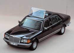 Черный бронированный Mercedes-Benz 500 SEL (серия W126) Иоанн Павел II особо не жаловал, предпочитая ездить на стареньких ландоле.