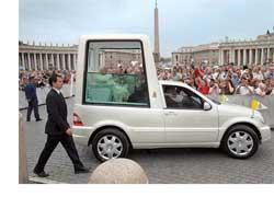 Современная интерпретация внедорожника для Папы – изготовленный в 2002 году автомобиль на базе Mercedes-Benz ML 430 (серия W163).