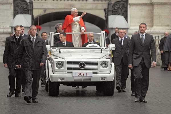 С 1930 года машины марки Mercedes-Benz используются вВатикане как официальные папамобили. Накануне католического Рождества штутгартские инженеры подготовили Папе Бенедикту XVI подарок: новое транспортное средство на базе Mercedes-Benz G-Кlassе.