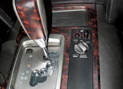 Машина слишком тяжелая, поэтому торможение мотором при помощи ручного выбора передач слабое.