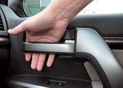 Удобную ручку отпирания двери можно ухватить всей пятерней.