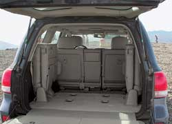 Как и у LC100, чтобы достать до края багажника, нужно забираться на откидную полку.
