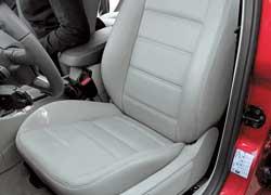 Богатая версия Ghia наверняка приглянется любителям электроприводов регулировок и кожаной отделки. Focus в комплектации Trend, но с пакетом Sport оснащаются помимо всего прочего, вот такими спортивными сиденьями.