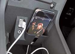 Опционный соединительный модуль позволяет подключать к аудиосистеме автомобиля iPod или iPhone посредством USB-порта или 3,5-мм разъема AUX.