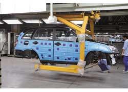 На сборке кузова закрыты противоударными пластиковыми латами (слева), которые снимают перед отправкой кузова или автомобиля в бестеневую камеру для контроля качества окраски.