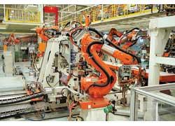 Крупные детали и узлы, требующие особой точности, сваривают роботы.