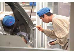Кузов автомобиля сначала обезжиривают, «купают» в ванне с грунтом, а перед покраской обрабатывают швы герметиком.