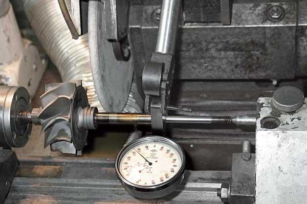 Износ и биение вала турбин измеряется с точностью до0,01 мм.