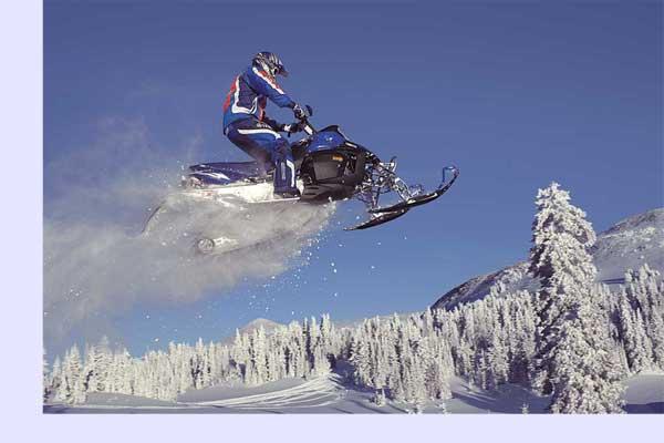Следует помнить, что для езды на снегоходе обязательно необходим защитный шлем и желателен комбинезон. Ведь некоторые модели обладают мощностью до 170 л. с. и разгоняются до 200 км/ч.