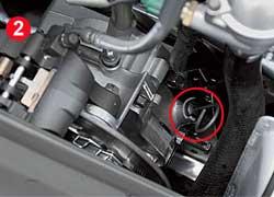 Обслуживание снегоходов с четырехтактными моторами во многом схоже с автомобилями. Уровень антифриза контролируется по меткам в расширительном бачке (1). С помощью щупа проверяется уровень масла в моторе (2) и трансмиссии (3).