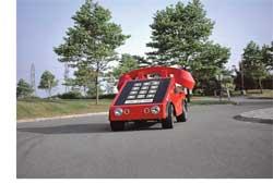 Этому шедевру «автотелефонного» искусства в наступающем году исполняется четверть века. Его автор, еще один калифорниец Ховард Девис (Howard Davis), строил телефономобиль для рекламных целей, участия в выставках и привлечения внимания к своей телекоммуникационной компании.