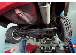 Зависимую подвеску задних колес сейчас нечасто встретишь в легковых автомобилях.