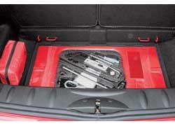 Модель Mini никогда не славилась большим багажником. Зато каждый саниметр использован с пользой. Даже подполье.