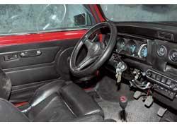 Характерная особенность посадки в Mini 1959 года – большой угол наклона рулевого колеса.