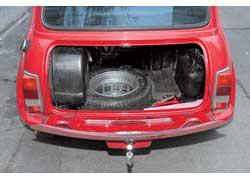 У Austin Mini часть и без того маленького 120-литрового багажника съедает топливный бак.