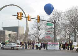 Местные студенты призывают задуматься опроблеме глобального потепления.